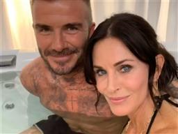 PHOTOS. Quand Courteney Cox se prélasse dans un bain chaud avec… David Beckham !