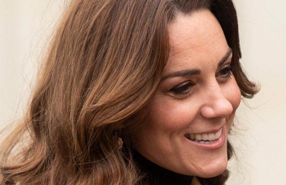 Kate Middleton sublime avec une jupe léopard de chez Zara ! (Vidéo)