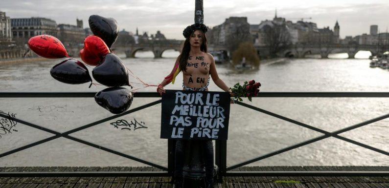 À Paris, des Femen s'enchaînent sur un pont pour dénoncer les féminicides
