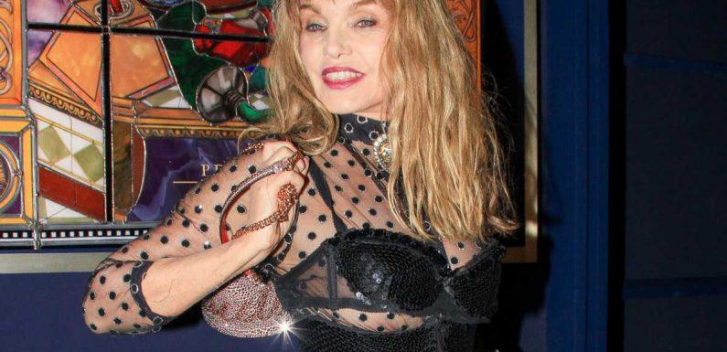 Arielle Dombasle moquée pour une vidéo lunaire dans les rues de Paris : elle ne se laisse pas faire
