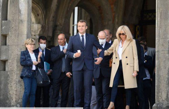 Emmanuel et Brigitte Macron masqués pour aller voter au Touquet