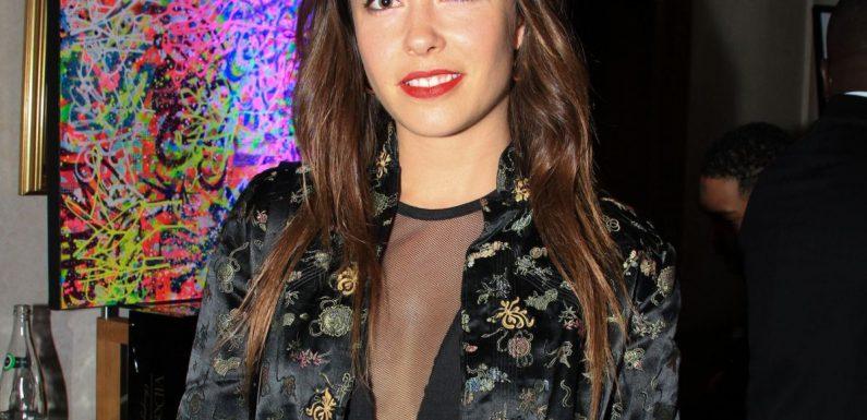 Dounia Coesens topless et pleine de boue : photo délirante avec une autre star