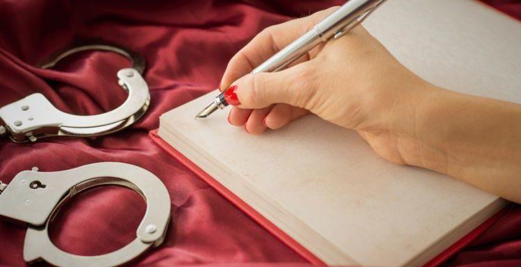 """Témoignage : """"J'écris des romans roses sous pseudo"""""""