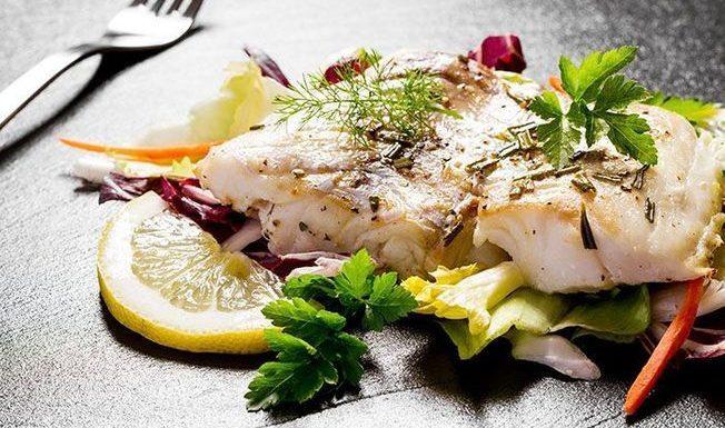 Cyril Lignac partage sa recette du poisson en croûte de sel, vierge de légumes, et nous donne la pêche