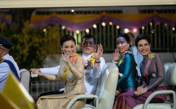 Le roi de Thaïlande et sa maîtresse plantent la reine Suthida pour les fêtes!