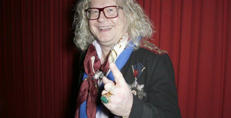 Pierre-Jean Chalençon en peignoir et grandiloquent pour souhaiter un joyeux Noël à ses fans