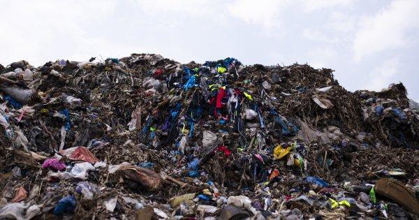 """Saviez-vous que vos vêtements """"à donner"""" finissent dans des décharges au Ghana?"""