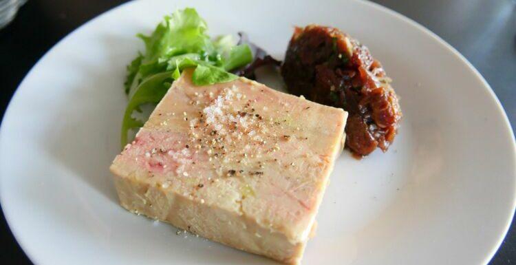 """""""Tous en cuisine"""" : la recette du foie gras mi-cuit express et chutney de dattes de Cyril Lignac"""