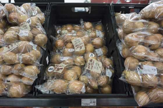Au Royaume-Uni, les supermarchés toujours accros aux emballages plastiques