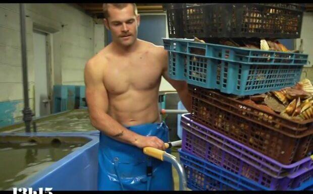 Tomy, le pêcheur sexy, va rencontrer une ministre