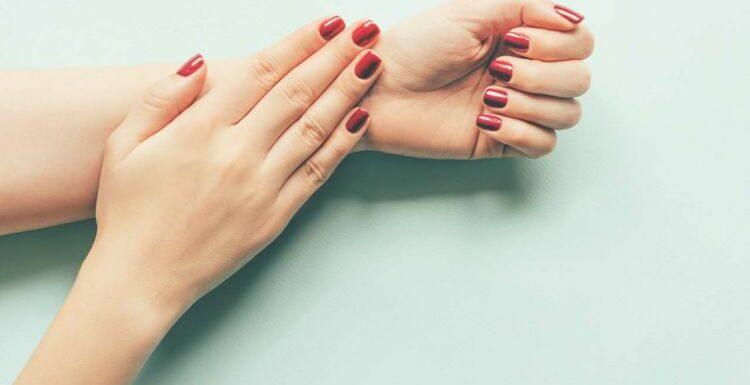 De jolies mains jusqu'au bout des doigts après 50 ans