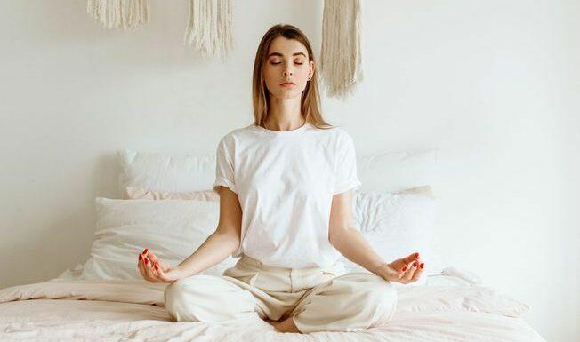 Problèmes de sommeil : 5 postures de yoga faciles pour mieux dormir