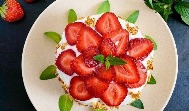 Ce célèbre coach dévoile la recette de son fraisier light, sa création gourmande crée le buzz