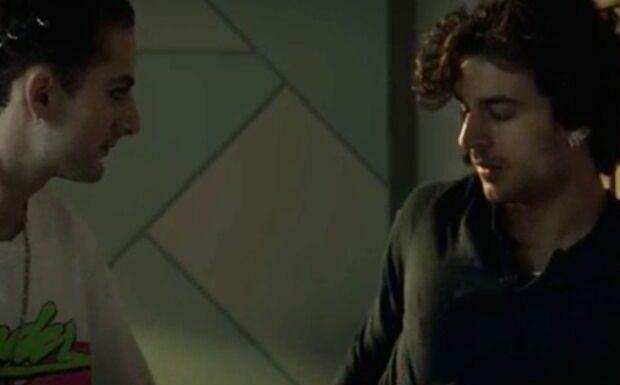 Ici tout commence: la scène de préliminaires gay entre Elliott et Greg provoque l'enthousiasme des internautes