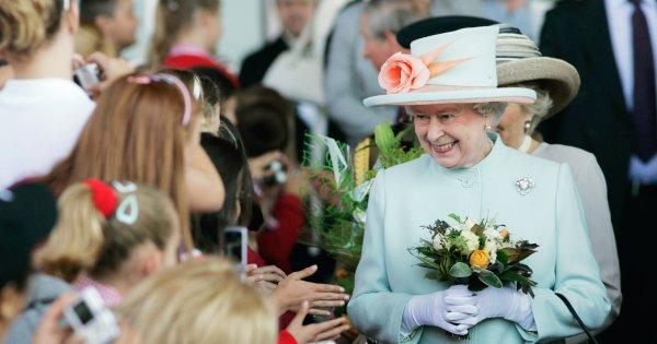 Ils ont touché la reine Elizabeth II alors que le protocole l'interdit