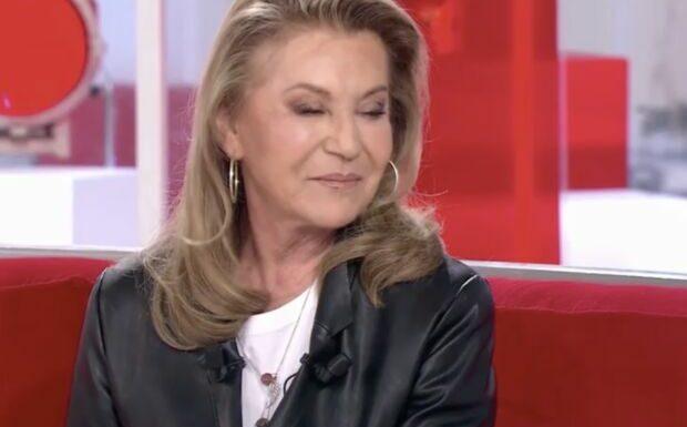 VIDEO Sheila émue sur le plateau de Vivement dimanche: cette interview de sa maman qui l'a beaucoup touchée