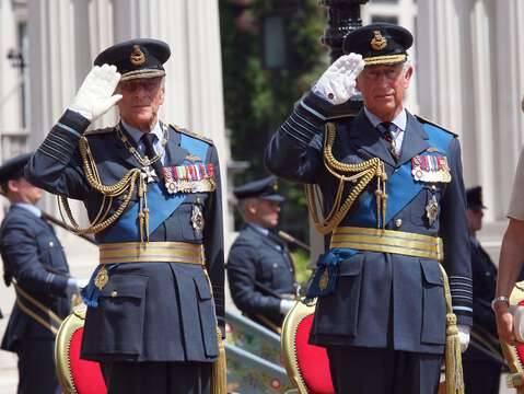 Le prince Charles rend hommage à son défunt père