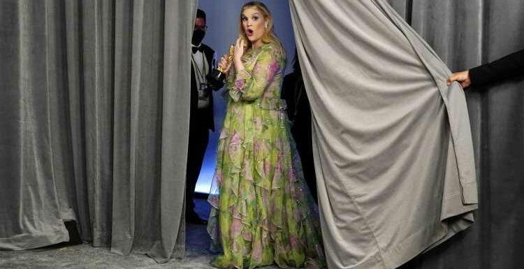 """Emerald Fennell réalise """"Promising Young Woman"""" : les multiples talents de l'actrice de """"The Crown"""""""