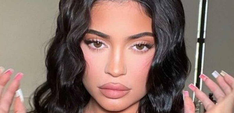 PHOTOS Kylie Jenner pose en maillot rikiki et offre une vue plongeante sur ses fesses