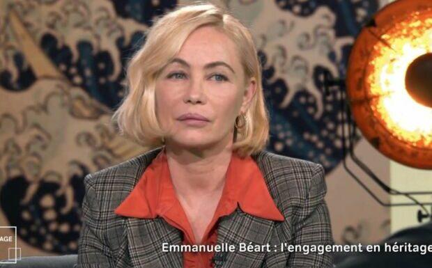 VIDÉO – Emmanuelle Béart corrige Claire Chazal: léger malaise
