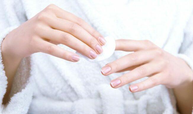 Vernis à ongles : nos astuces pour bien le poser et l'enlever