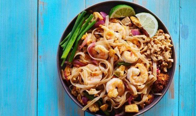 Julie Andrieu nous révèle sa recette de pad thaï au poulet et aux crevettes et nous fait voyager en Asie
