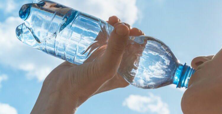 L'astuce infaillible pour rafraîchir une bouteille d'eau rapidement sans frigo