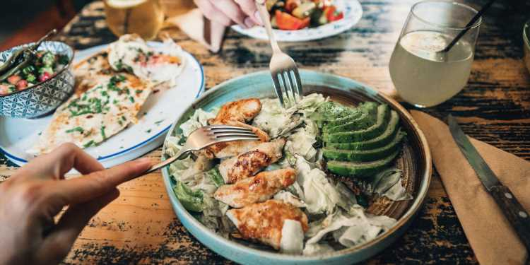 Non, les repas froids ne sont pas moins caloriques que les autres