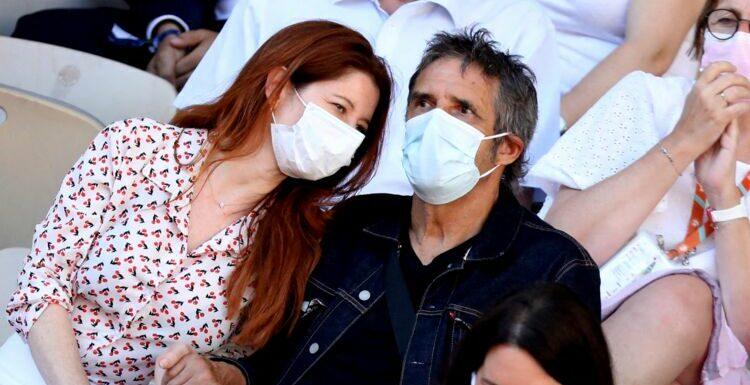PHOTOS – Julien Clerc et sa jeune femme Hélène amoureux et complices dans les tribunes de Roland-Garros