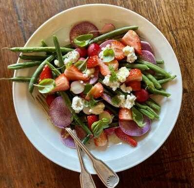 Saine et sucrée-salée, la salade de haricots verts aux fraises de Caleigh