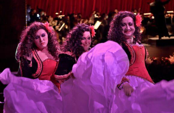 """VIDEO. """"Le Concert de gala pour salle vide"""", enregistré à l'Opéra-Comique par Michel Fau et Marie-Nicole Lemieux entre burlesque et mélancolie, sur france.tv/culturebox"""