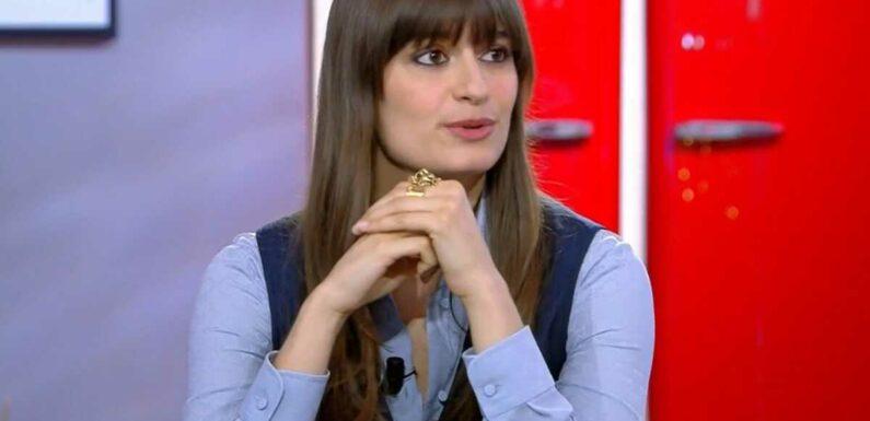 """""""Je ne suis pas vraiment celle qu'on remarque à la soirée"""" : Clara Luciani se confie sur ses complexes (VIDEO)"""