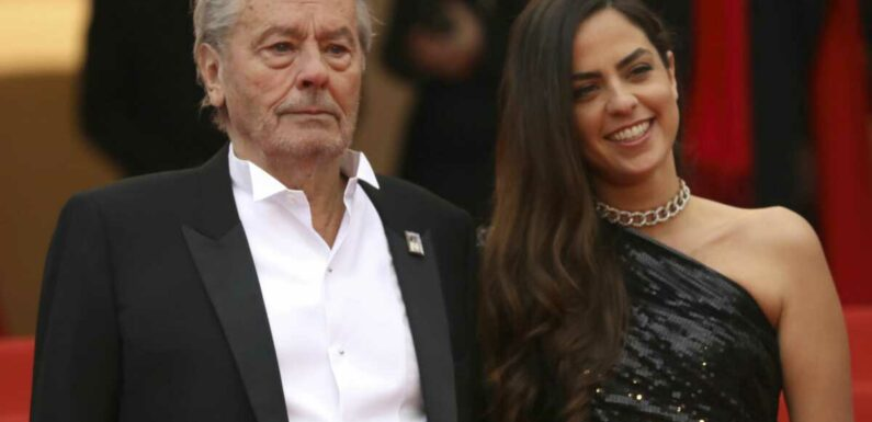 """Alain Delon : sa fille Anouchka explique pourquoi elle a """"longtemps"""" hésité à l'accompagner au Festival de Cannes"""