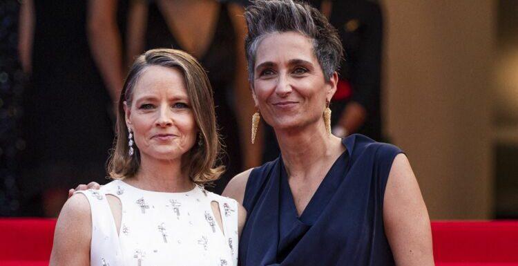 Cannes 2021 : Jodie Foster ultra-complice avec son épouse Alexandra Hedison sur le tapis rouge – PHOTOS
