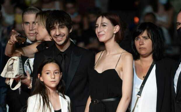 PHOTOS – Cannes 2021: Charlotte Gainsbourg et ses enfants réunis autour de Jane Birkin