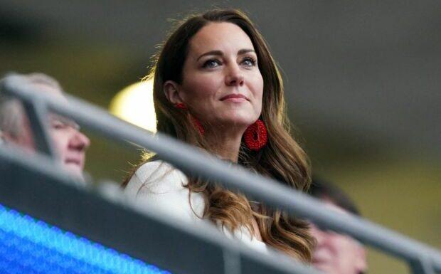 PHOTOS – Kate Middleton: pourquoi ses boucles d'oreilles perlées rouges sont si symboliques