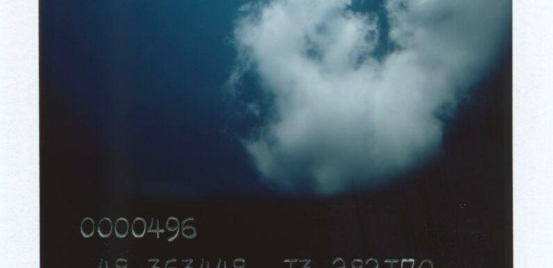 """Avec """"Blue Skies"""", le photographe Anton Kusters documente l'Holocauste et la fragilité du souvenir"""