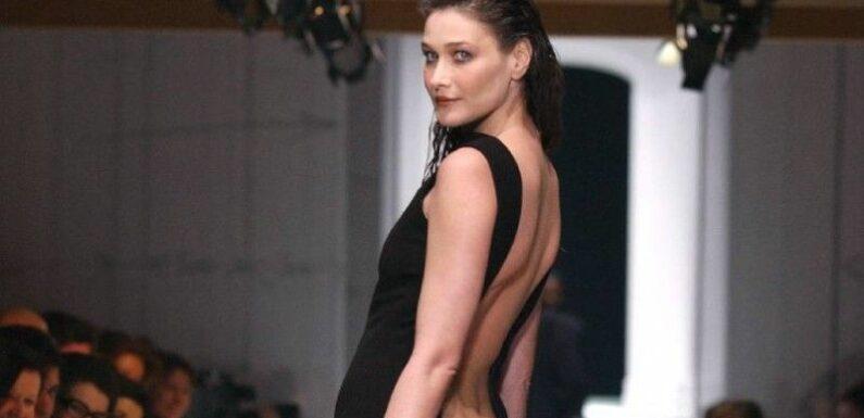 Carla Bruni dans une robe un peu trop dénudée à l'arrière… vue plongeante sur ses fesses rebondies !