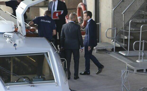 Emmanuel Macron sur un bateau pour démissionner: ces images surréalistes qui ont marqué