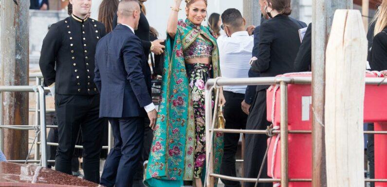 L'arrivée royale de Jennifer Lopez à Venise, toute en cape et diadème