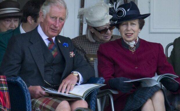 PHOTO – Le prince Charles et sa sœur la princesse Anne bébés: l'adorable souvenir