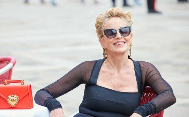 PHOTOS – Sharon Stone renoue avec sa célèbre coupe garçonne pour Dolce & Gabbana