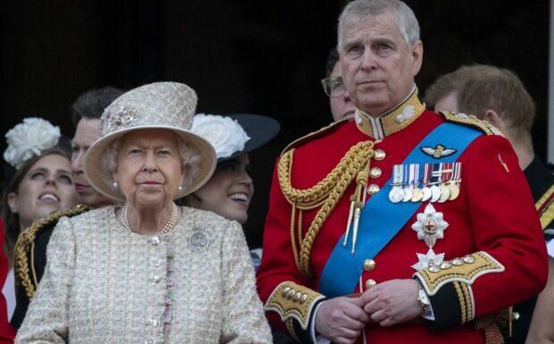 «Resserrer les rangs»: comment Elizabeth II veut passer à l'offensive après le scandale Andrew