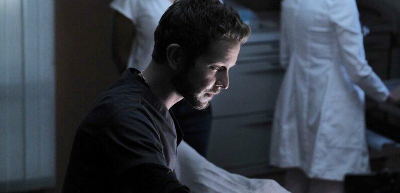 The Resident saison 5 : Conrad Hawkins seul en salle d'opération sur le poster officiel