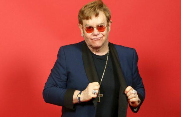 Elton John interrompt sa tournée pour se faire opérer, ses concerts parisiens sont reportés à 2023