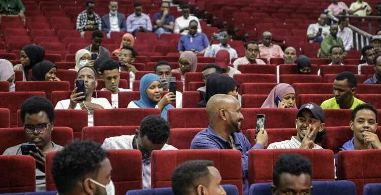 """La Somalie vit une """"soirée historique"""" avec la première séance de cinéma en 30 ans"""
