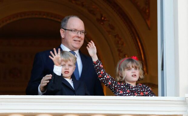 Loin de Charlene hospitalisée, Albert de Monaco avec Jacques et Gabriella sur les traces de Grace Kelly