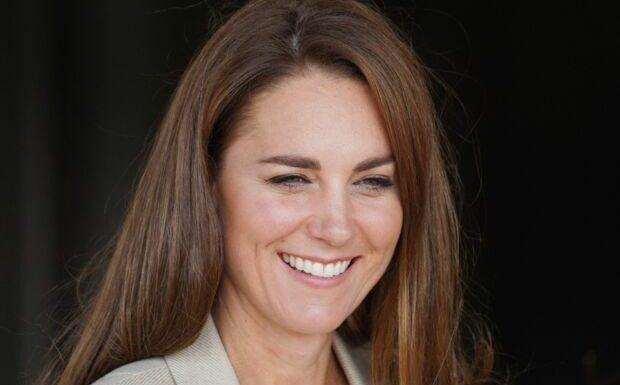 PHOTOS – Kate Middleton sobre en veste de blazer et pantalon large pour rencontrer des militaires