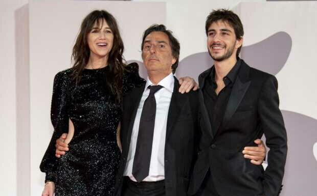 PHOTOS – Mostra 2021: Charlotte Gainsbourg rock et chic en robe courte à sequins, prend la pose en famille