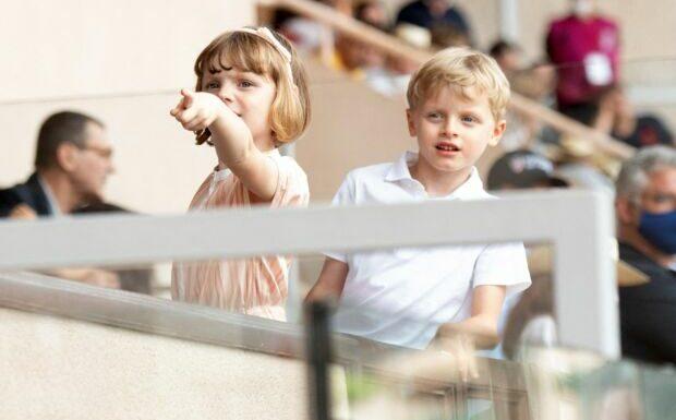 Rentrée scolaire de Jacques et Gabriella de Monaco avec Albert, sans Charlene: la vidéo qui émeut